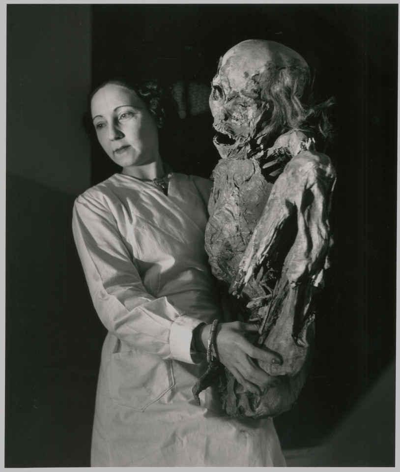 5616617d0622cla-surprenante-légèreté-d-une-momie-péruvienne-1943-c-atelier-robert-doisneau